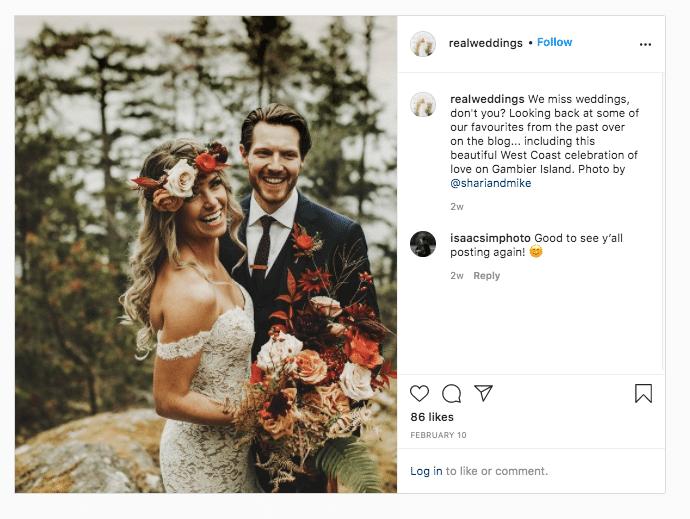 Фотография супружеской пары с букетом на настоящей свадьбе
