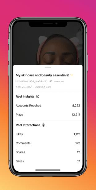экран телефона со статистикой производительности отдельных роликов Instagram