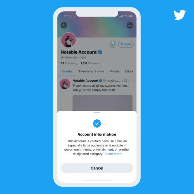 Экран телефона с учетной записью Twitter с синим значком подтверждения