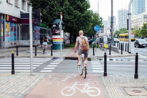 велосипедист на велосипедной дорожке в центре города