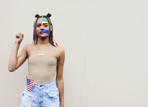 человек с раскрашенным лицом флага гордости, держащий кулак за движение Black Lives Matter [19659097] Источник: </em><em> ISO Republic </em><em> <br style=