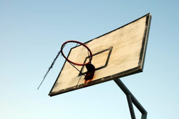 баскетбольная сетка на фоне голубого неба