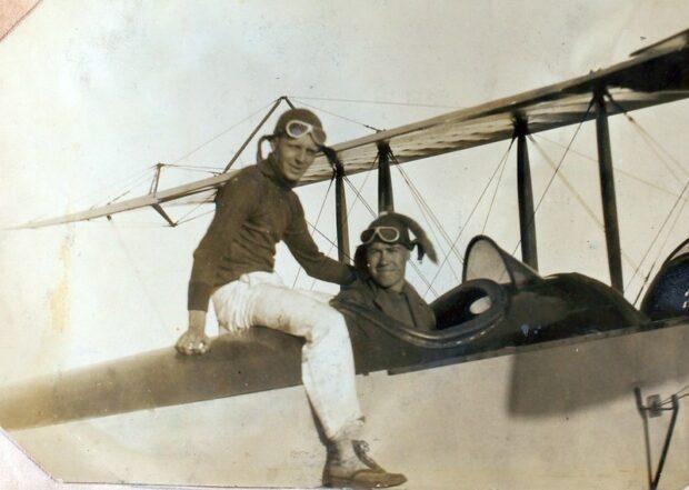 старое изображение пилотов в самолете