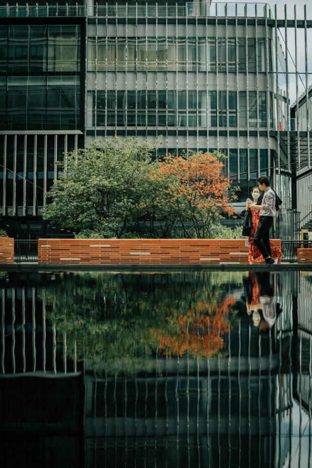два человека, идущие по берегу реки