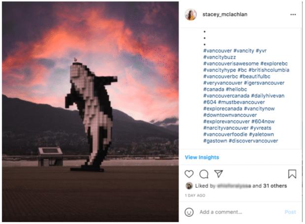 цифровая скульптура косатки рядом с конференц-центром Ванкувера
